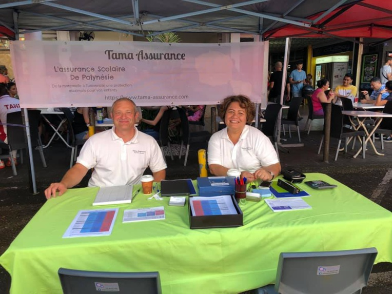 Nicolas Oudard et Stella Teina dans le stand Tama Assurance lors du Salon back to school le samedi 17 août dernier. Crédit : Facebook Tama assurance.