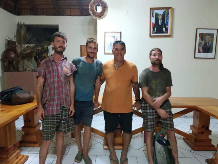 Les trois randonneurs, mercredi soir en compagnie du maire de Hiva Oa, Etienne Tehaamoana. (Photo : Mairie de Hiva Oa).