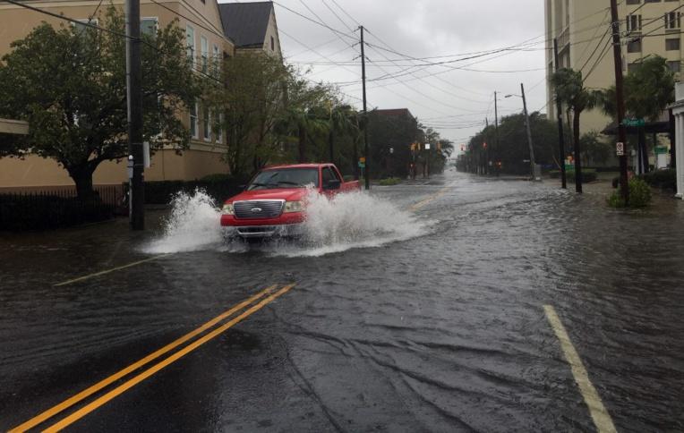 L'ouragan Dorian s'affaiblit mais reste menaçant en remontant la côte est des Etats-Unis