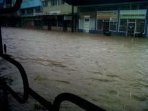 À Fidji, dans la région de Ba, les rues sont sous deux mètres d'eau et de nombreuses familles ont dû être secourues.