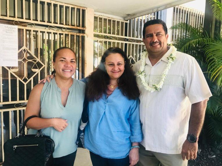 Catherine Rocheteau, directrice de la DPAM, en compagnie de Teinamai Faaruia-Tehatuma Germain et d'Yves Martin, les deux nouveaux contrôleurs en charge de la sécurité des navires pour la  Direction polynésienne des affaires maritimes.