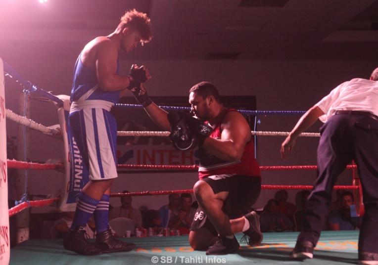 Amoroa Atiu, s'est agenouillé devant son jeune adversaire néozélandais