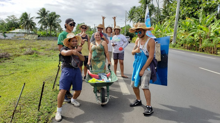 Tout au long du trajet, les habitants ont donné des fruits et légumes. Crédit : FB Fa'ati Tahiti en brouette pour le climat.