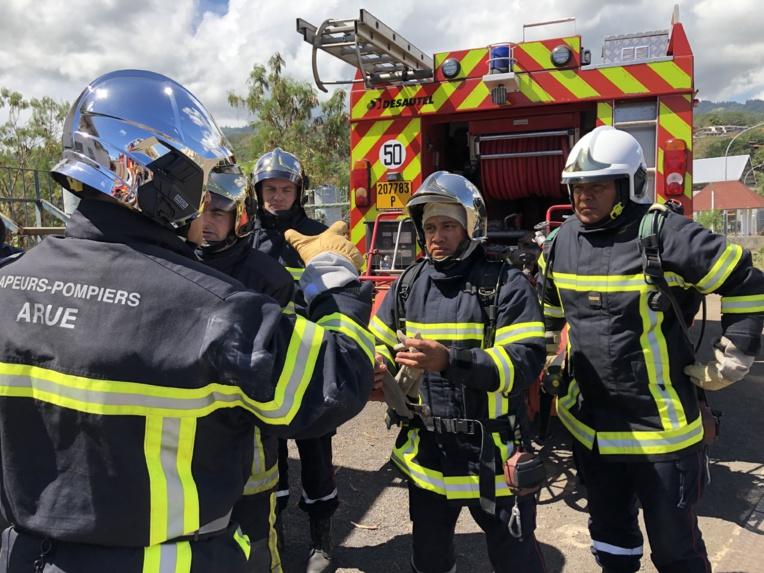Les stagiaires s'apprêtent à intervenir dans le bâtiment en feu. Ceci n'est qu'un exercice, mais la pression est bien présente.