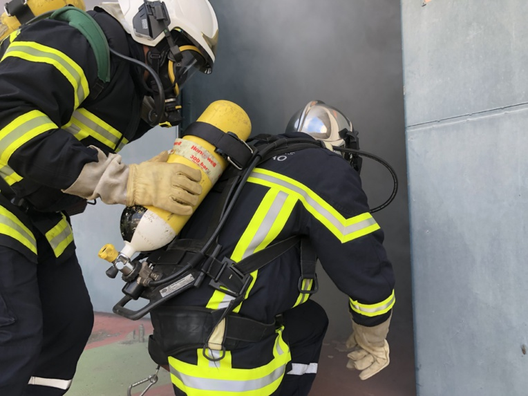 Pour le premier exercice, les sapeurs-pompiers en formation sont intervenus sur un feu de bureau.