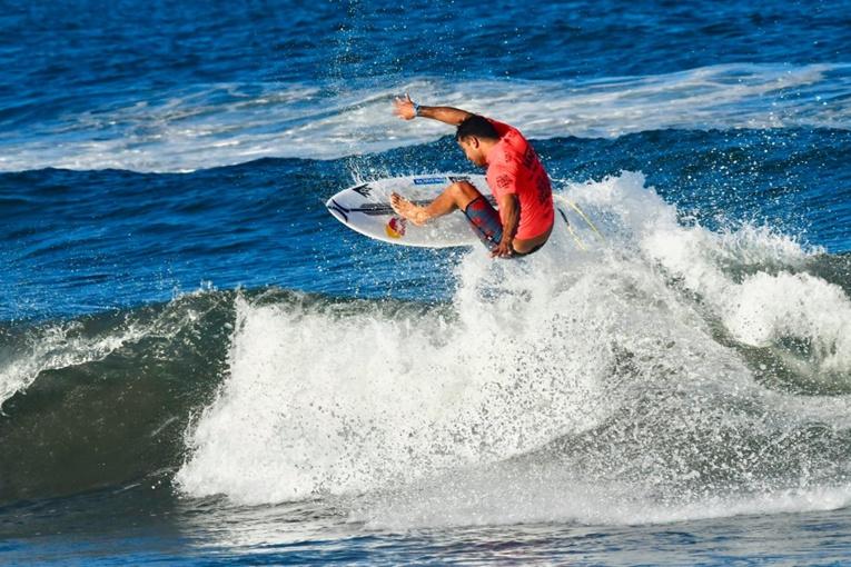 Les vagues ont été petites lors de ces championnats du monde, ici Michel Bourez
