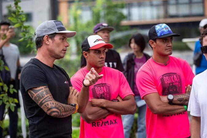 Ricky Aitamai et Enzo Bennett, à droite, avec Jerry Mihimana, du team 425 Pro
