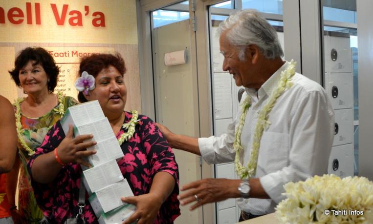 150 kits de tests antidopage ont été offerts à l'organisation de la Hawaiki Nui Va'a par Albert Moux, qui souhaite faire de la pirogue un exemple pour la jeunesse.