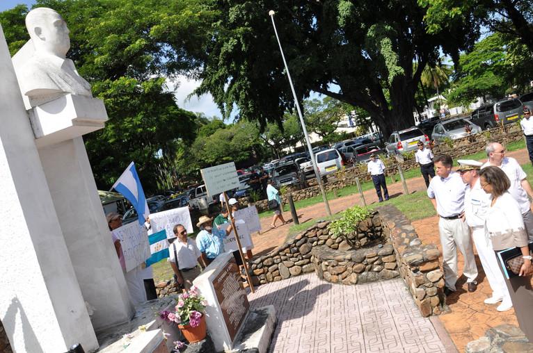 Marie-Luce Penchard devant la stèle de Pouvanaa a Oopa