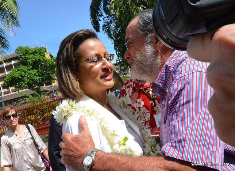 Marie-Luce Penchard chaleureusement accueillie par le président de l'Assemblée, Jacqui Drollet