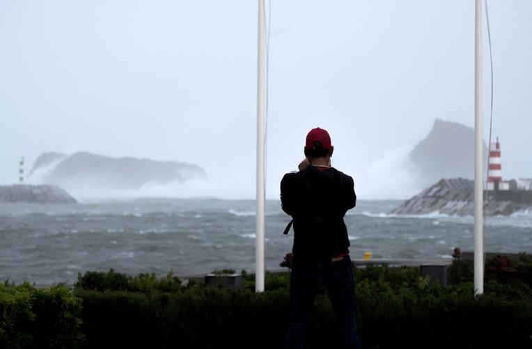 L'ouragan Lorenzo passe au large des Açores sans faire de dégâts majeurs