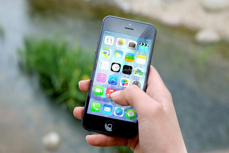 """Un Russe porte plainte contre Apple pour l'avoir """"rendu gay"""