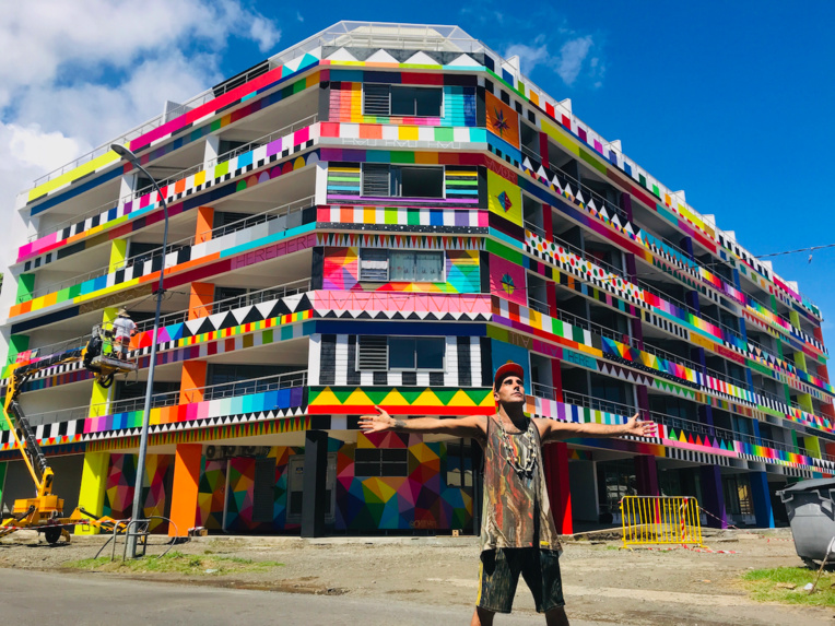 En mars dernier le street artiste espagnol Okuda, épaulé par le Tahitien Rival, avait réalisé une fresque de 500 mètres carrés pour la résidence étudiante de Paraita à Papeete.