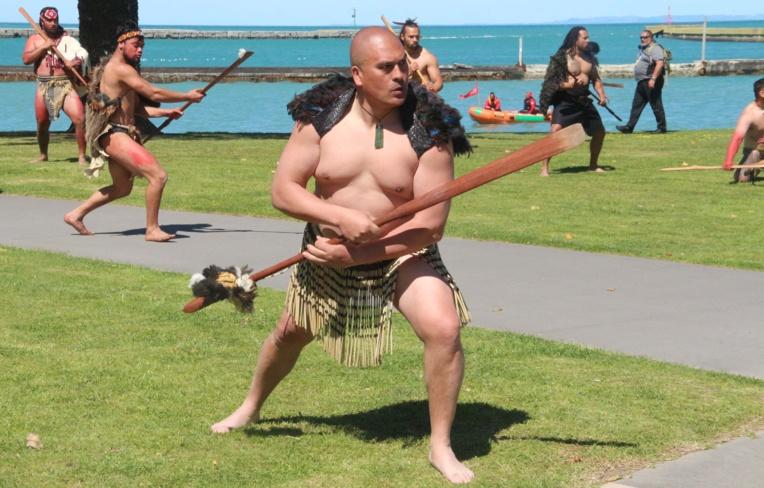 légende: Les commémorations célébrant l'arrivée de Tupaia en Nouvelle-Zélande, il y a 250 ans. Crédit Présidence de la Polynésie française.