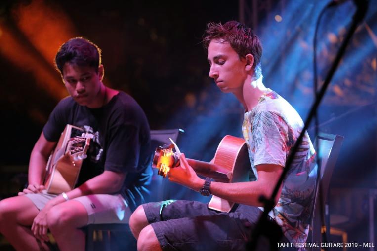 Julian Piro (à droite) le vainqueur de l'édition 2019 (Crédit photo : Tahiti Festival Guitare 2019 – Mel)