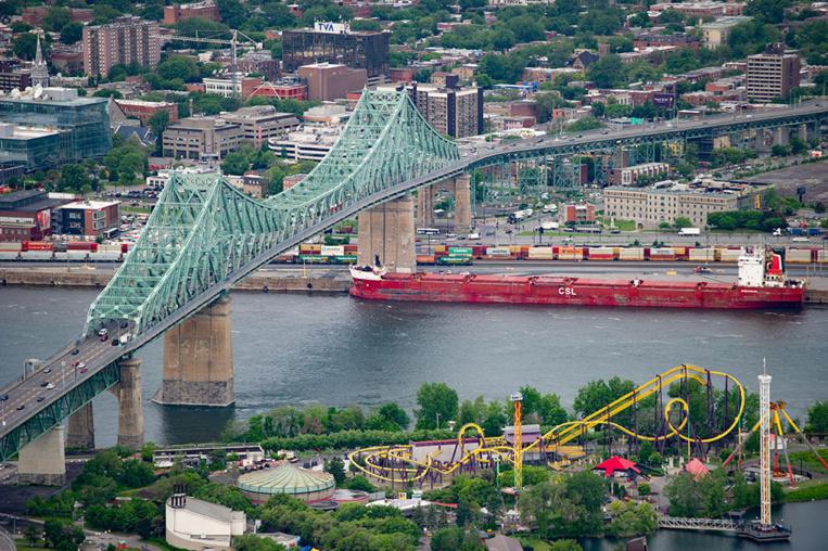 Des militants d'Extinction Rebellion bloquent un pont emblématique de Montréal