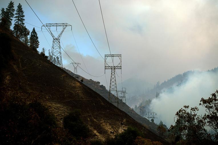 Californie: courant coupé pour 800.000 clients face au risque d'incendie