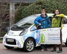 Deux jeunes ingénieurs s'élancent pour un tour du monde en voiture électrique