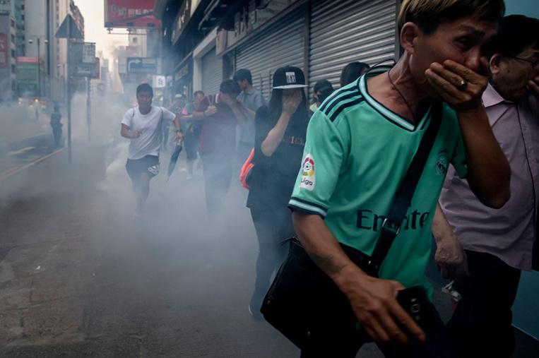 Hong Kong: pieds et poings liés, le gouvernement se bat pour sortir de la crise