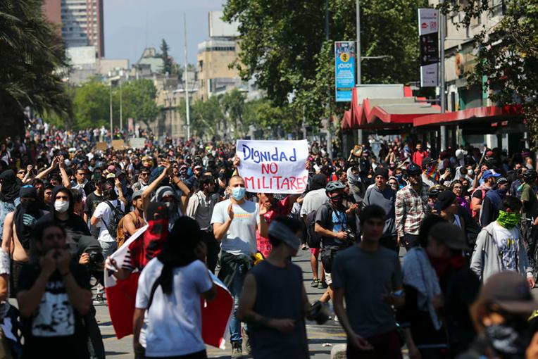 """Chili: 7 morts dans les émeutes, le président déclare le pays """"en guerre"""""""