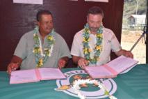 Le président du Syndicat Fenua Ma, Dauphin Domingo et le président de l'Agence de l'environnement et de la maîtrise de l'énergie, Arnaud Leroy.