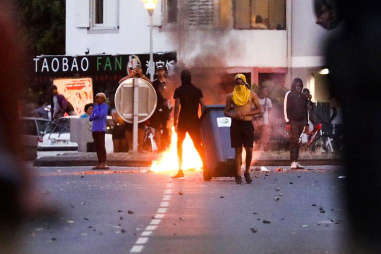 Des heurts ont éclaté jeudi soir entre une centaine de jeunes et des forces de l'ordre sur un rond-point de la ville du Port à La Réunion.