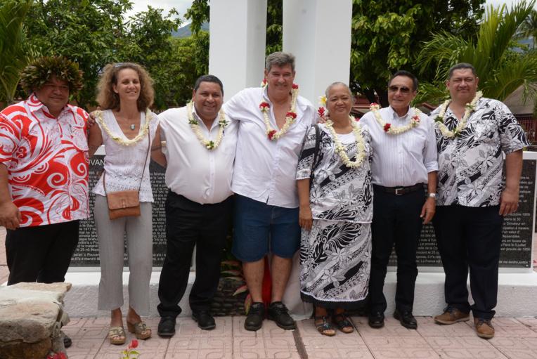 Sandro Stephenson entouré de Michel Buillard, maire de Papeete, François Pihaatae, président de l'Eglise Protestante Mā'ohi et Damas Teuira, maire de Mahina et Marie-Hélène Villierme, réalisatrice du film-documentaire L'Elu du peuple - Pouvana'a Te Metua (2012).
