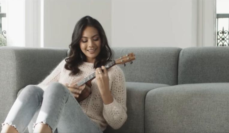 Accompagnée de son ukulele, Vaimalama Chaves chante «Mon jardin d'hiver»