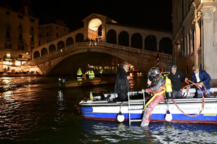 Venise: les gondoliers en plongée pour récupérer les déchets de la lagune