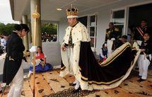 image d'archives AFP: Le prince héritier, George Siaosi Tupou V, communément appelé George V, succède à son père Tupou IV, mort en 2006. Il sort de l'église après son couronnement, le 2 août 2008.