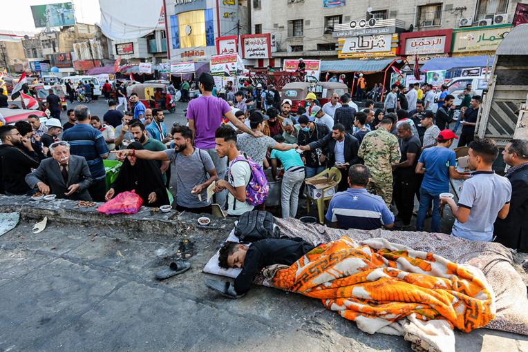 Tirs à Bagdad où Internet coupé fait craindre aux manifestants un retour au pire