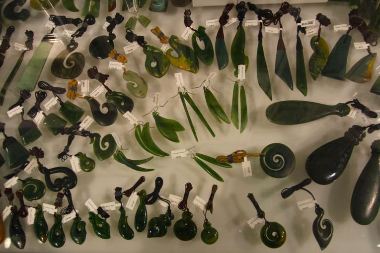 Auckland est devenue aujourd'hui le premier marché du jade néo-zélandais, acheté au Canada mais travaillé en Nouvelle-Zélande.
