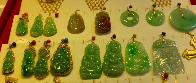 Le jade demeure la pierre préférée des Chinois qui l'arborent très souvent en pendentif.