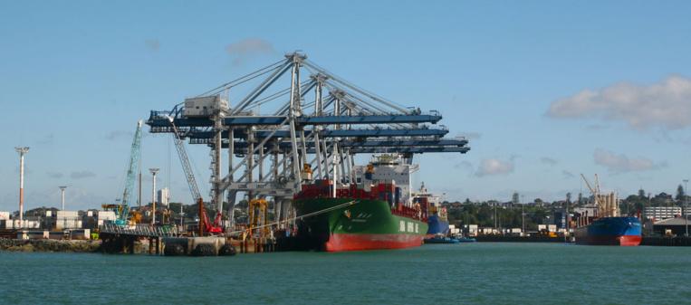 Le jade néo-zélandais n'est plus arraché aux rivières de Nouvelle-Zélande ; il arrive du Canada en containers par le port d'Auckland...