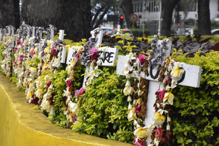Lors du procès en première instance, les familles des victimes avaient déposé vingt croix à l'entrée du tribunal de Papeete.