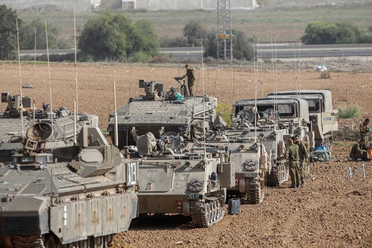 Frappes meurtrières sur Gaza, roquettes sur Israël: l'escalade se poursuit