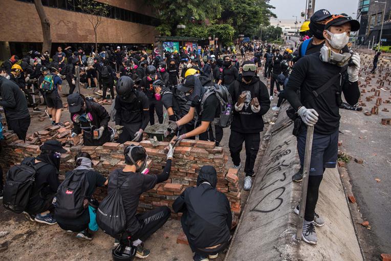 Catapultes et flèches enflammées: un vent moyenâgeux souffle sur Hong Kong