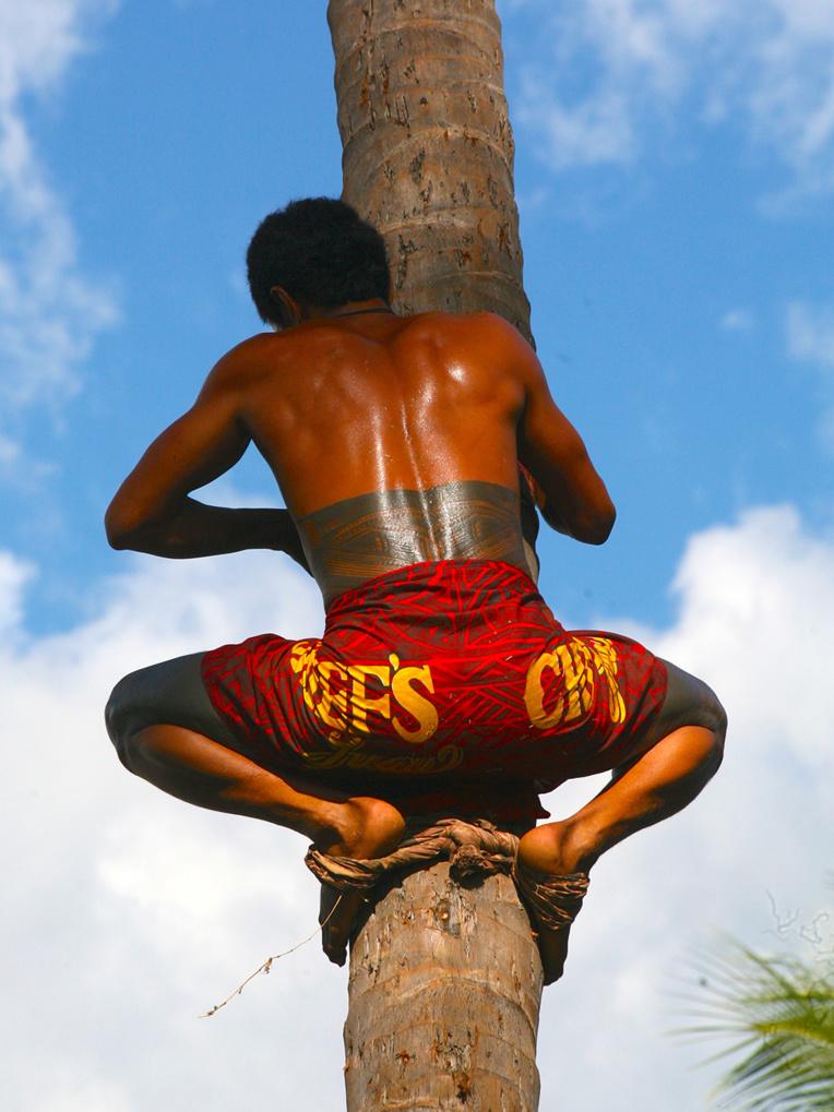Aux Samoa aujourd'hui encore, les hommes trouvent leur place dans la société notamment grâce aux tatouages rituels, une coutume ancienne demeurée bien vivace.
