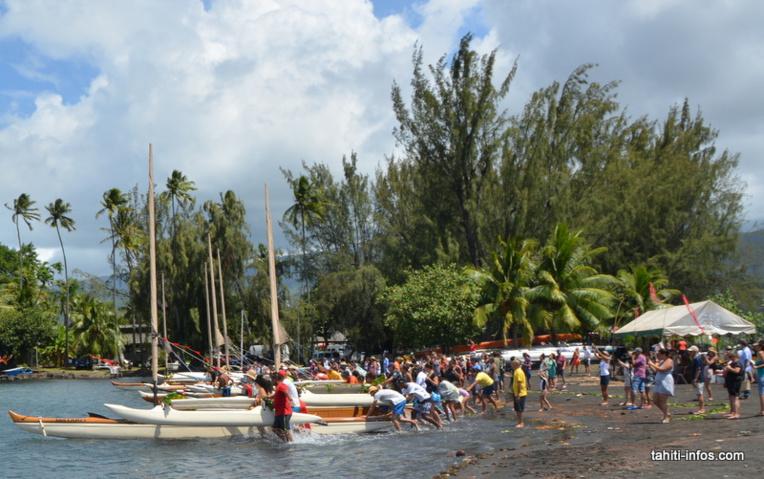 Le premier bain des pirogues. Les anciens Polynésiens immergeaient totalement les va'a.