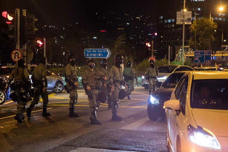 Des centaines de manifestants hongkongais cernés dans un campus par la police