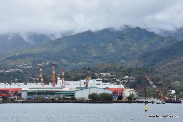Le bail conclu entre le port autonome et de Fenua Ma pour le site du CRT de Motu Uta arrive à échéance fin 2021. A terme le port prévoit de récupérer ce foncier pour agrandir son terminal de commerce international. Pour l'instant, aucune solution de remplacement n'est trouvée par le syndicat mixte chargé du traitement des déchets.