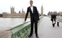 A 2 mètres 51, l'homme le plus grand du monde s'est arrêté de grandir