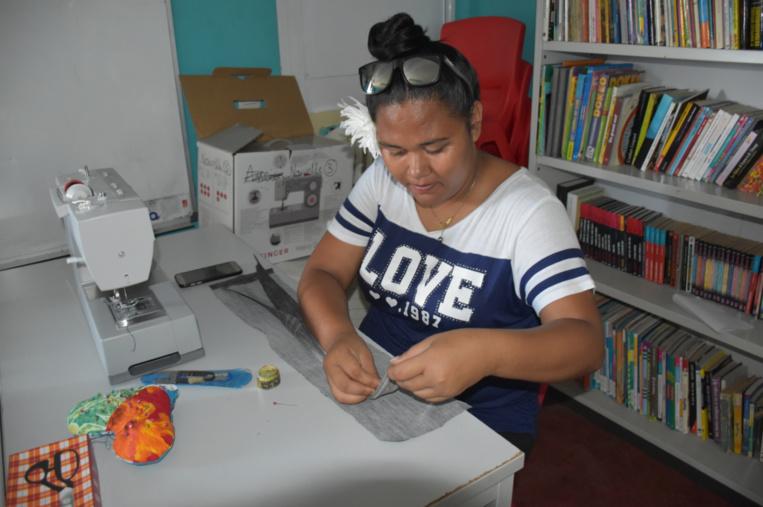 Gwen dans l'atelier de couture.