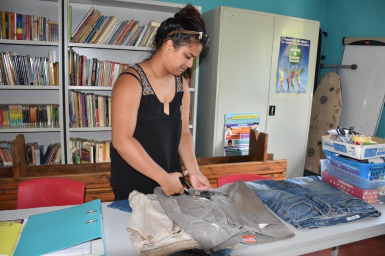Raiana donne une seconde vie aux vieux jeans.