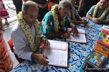 Signature de la convention de jumelage entre le Port autonome de Papeete. Ici avec Gilbert Tuyenon, vice président du gouvernement de Nouvelle Calédonie.