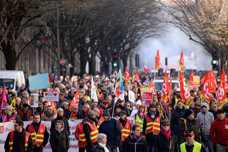 """Retraites: Macron """"déterminé"""", """"l'architecture de la réforme"""" dévoilée """"en milieu de semaine"""""""