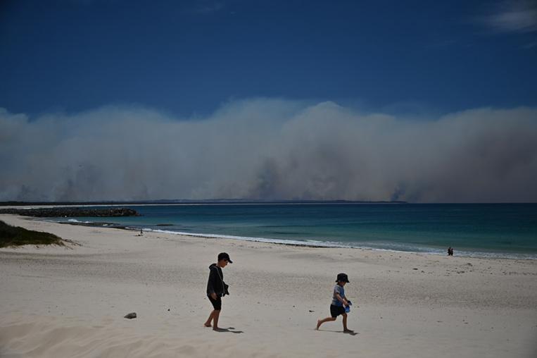 """Australie: des incendies fusionnent en un """"mégafeu"""" au nord de Sydney"""