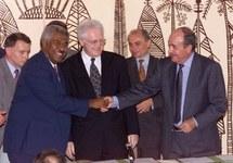 Photo d'archives AFP 5 Mai 1985: Le 1er ministre français Lionel Jospin,  Roch Wamytan, président du Front National de Libérayion des Kanak Socialistes (FNLKS) et Jacques Lafleur, Président de Nouvelle-Calédonie (RCPR), après la signature historique de l'accord de Noumea.