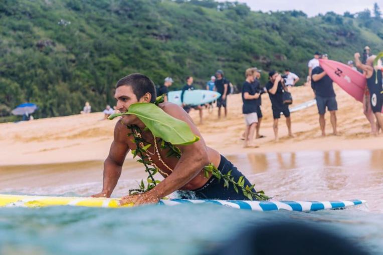 Les surfeurs se sont mis à l'eau pour former un cercle