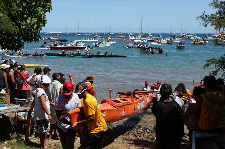 Marathon Polynésie 1ère VA'A, 94 pirogues alignées au départ devant la pointe Tata'a à Punaauia !